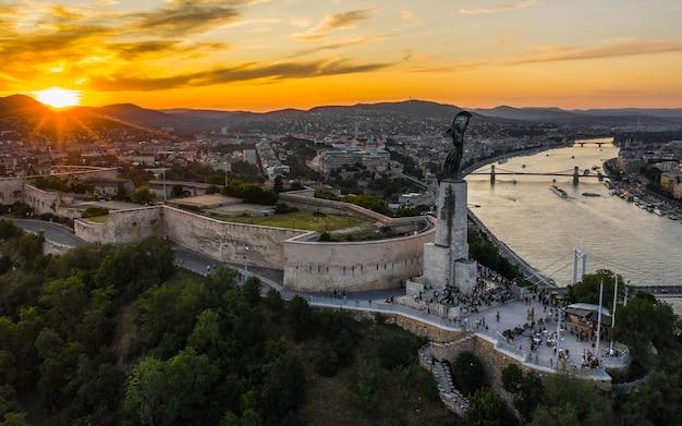 日没前のブダペストのチタデッラと自由の女神の空撮