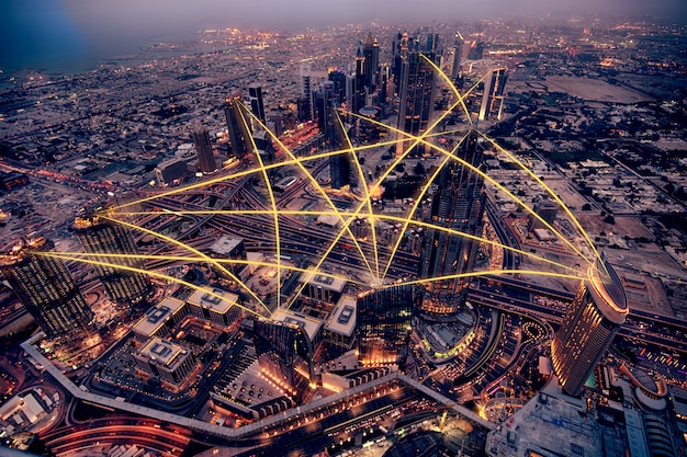 夜の街の空撮。ソーシャルメディア接続の概念。写真編集。