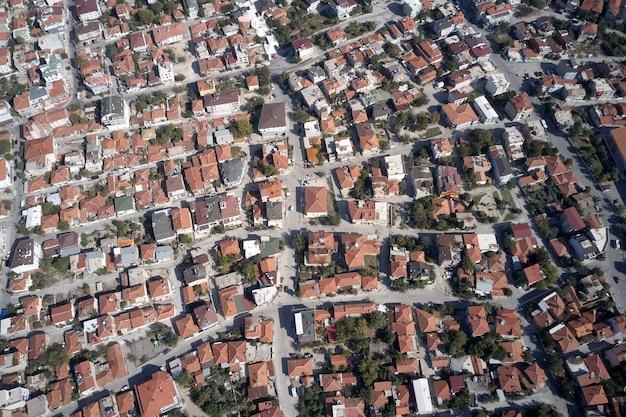 都市の建物の赤い屋根の航空写真
