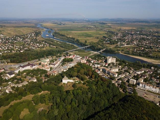 丘、川、ホリゾントに台無しにされた城と都市ハリッチの航空写真