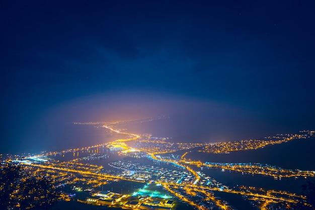 夜の街に照らされた街の空撮