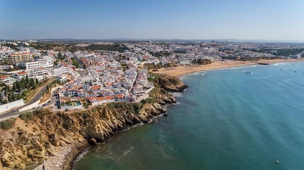 Вид с воздуха на город албуфейра, пляж пескадорес, на юге португалии, алгарве