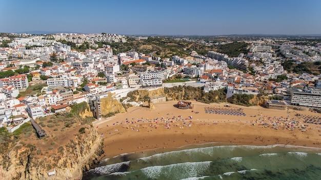 ポルトガル南部、アルガルヴェのアルブフェイラ市、ビーチペスカドーレスの航空写真