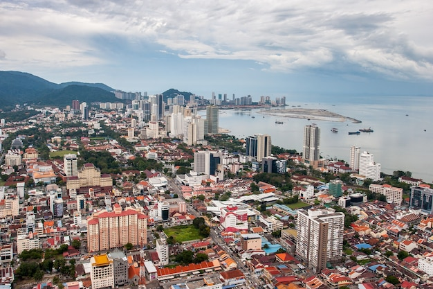 マレーシアのペナン島のジョージタウンと海岸の空撮