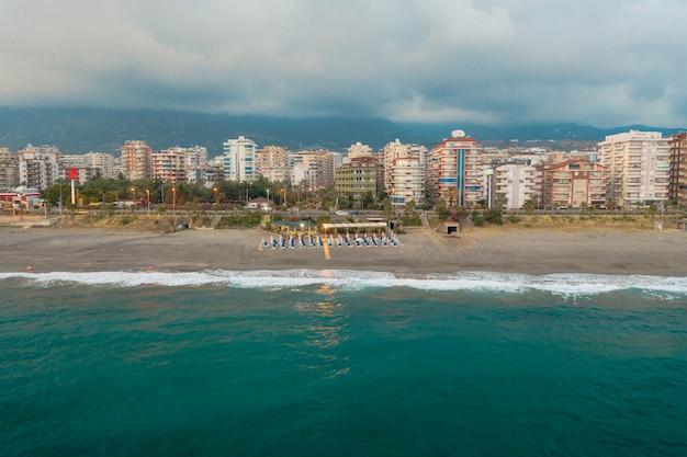 トルコの海岸線の街の空撮