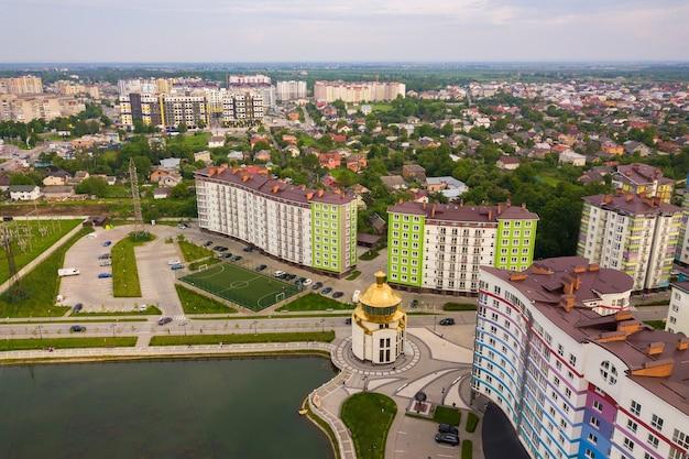 높은 아파트 건물이있는 도시 주거 지역의 항공보기