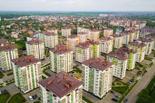 Аэрофотоснимок жилого района города с высокими многоквартирными домами.