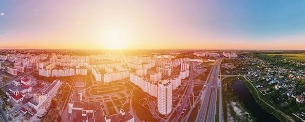 日没のパノラマで都市住宅地区の航空写真