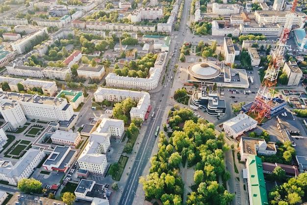 日没時の都市住宅街の航空写真