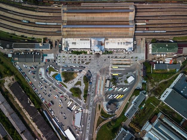都市交通ハブ鉄道トラムバス駅の航空写真。コピースペース