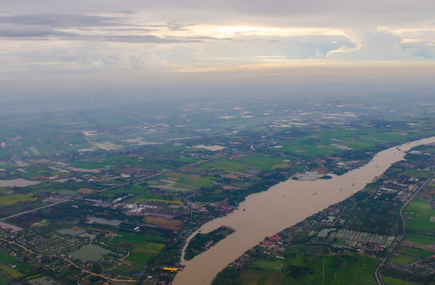 구름과 마을 풍경의 항공보기