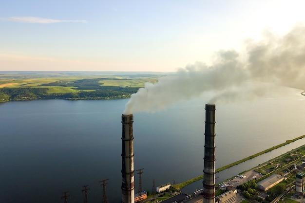 黒煙が汚染雰囲気を上昇している石炭火力発電所のハイパイプの航空写真。