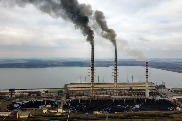 검은 연기가 대기를 오염시키는 석탄 발전소 높은 파이프의 공중 전망.
