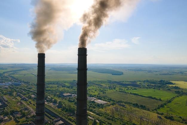 검은 굴뚝이 대기를 오염시키는 석탄 발전소 높은 파이프의 공중 전망. 화석 연료 개념을 사용한 전기 생산.