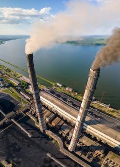 黒い煙突汚染雰囲気の石炭火力発電所のハイパイプの航空写真。化石燃料をコンセプトにした発電。
