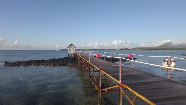 モーリシャス島の海岸線の空撮カメラは空に対して海の梨に沿って移動します