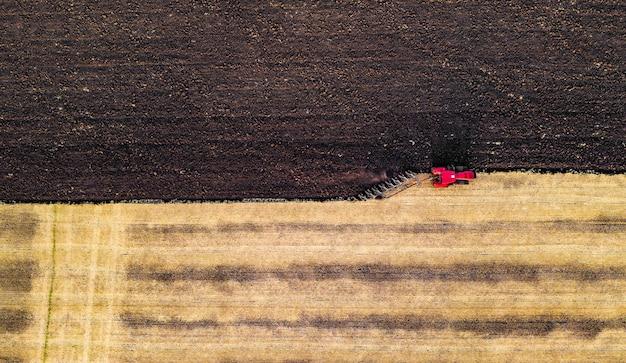 Вид с воздуха на сбор урожая техникой