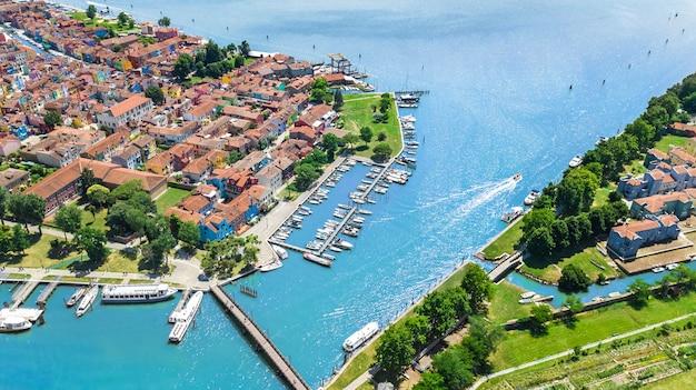Вид с воздуха красочного острова burano в венецианском море лагуны сверху, италия