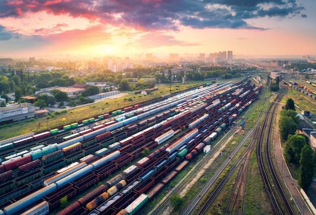 カラフルな貨物列車の空撮。鉄道駅
