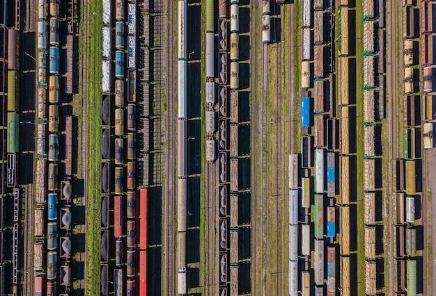 駅のカラフルな貨車の空撮
