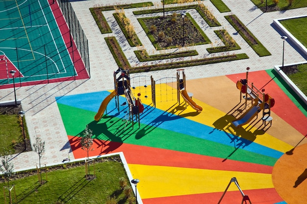小さな子供のためのカラフルな遊び場の空撮
