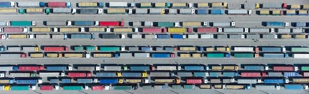 하역을 기다리는 터미널에서 다채로운 트럭의 공중 보기. 물류 센터의 상위 뷰입니다.