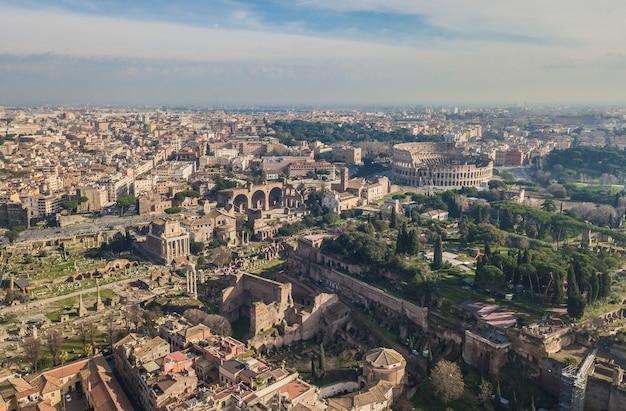 コロッセオと古代ローマ時代の遺跡の航空写真