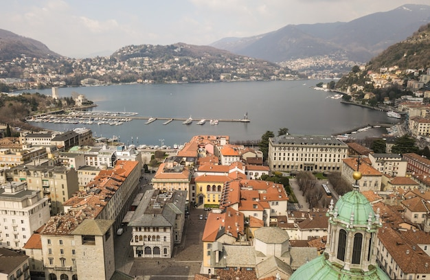 Вид с воздуха на город комо и озеро комо, италия