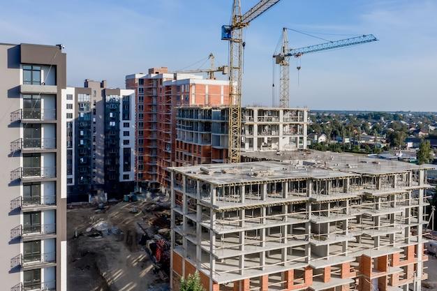 都市で建設中の高層マンションのコンクリートフレームの航空写真。