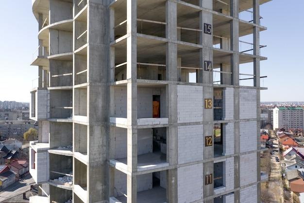 都市で建設中の高層マンションのコンクリートフレームの空撮