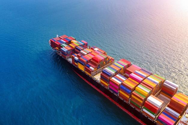 Вид с воздуха на контейнеровоз в море.