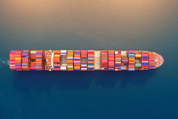 海上コンテナ貨物船の航空写真。