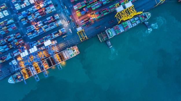コンテナ貨物船の航空写真
