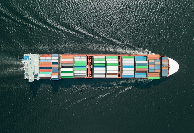 海上を航行するコンテナ船の航空写真