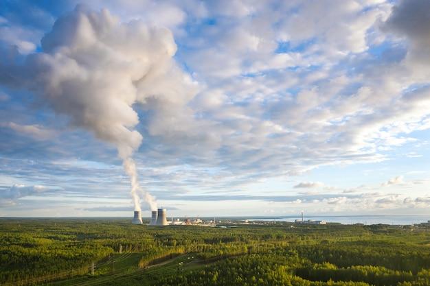 Вид с воздуха на градирни с дымом на атомной электростанции