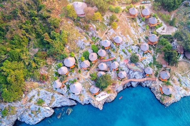 タイ、シーチャン島のコテージの空撮。