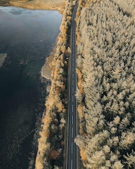 スコットランドの高地の田舎道の航空写真
