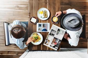 喫茶店でのカップルの航空写真