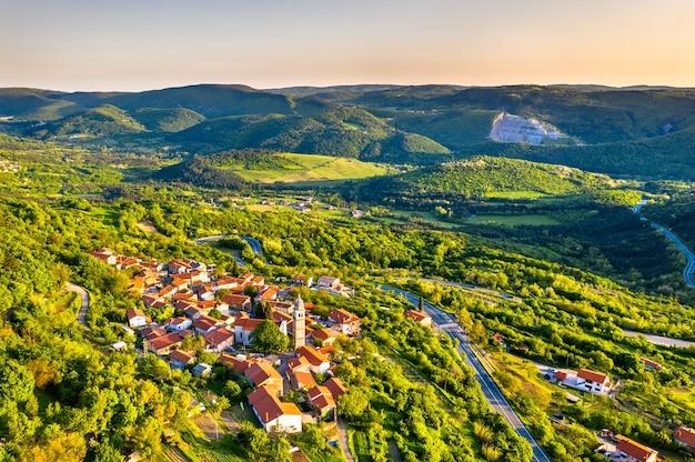 슬로베니아에서 crni kal 마을의 항공보기