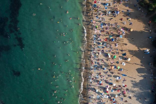 Вид с воздуха на толпу людей на пляже