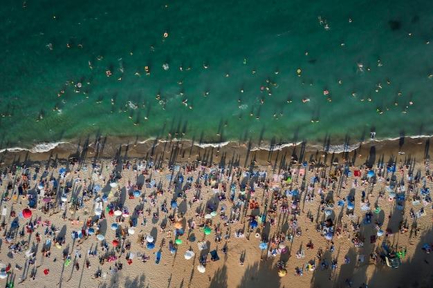 해변에있는 사람들의 군중의 항공보기