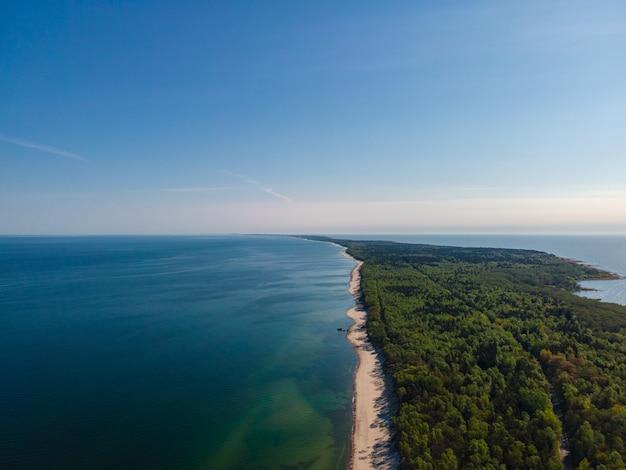 Аэрофотоснимок куршской косы с песчаным пляжем, морем и лесом на балтийском море, калининградская область, россия