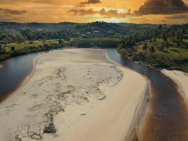 브라질 ilhéus bahia에 있는 cururupe 해변의 공중 전망.