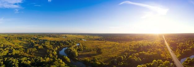 Вид с воздуха на изогнутую реку в осеннем лесу.