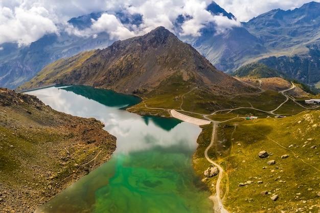 感動的なアルプス山脈のダムの空撮