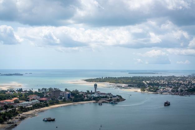 アフリカのタンザニアのダルエスサラームの首都の航空写真