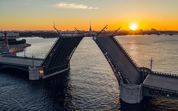 Вид с воздуха на разведенный дворцовый мост в санкт-петербурге во время восхода солнца Premium Фотографии