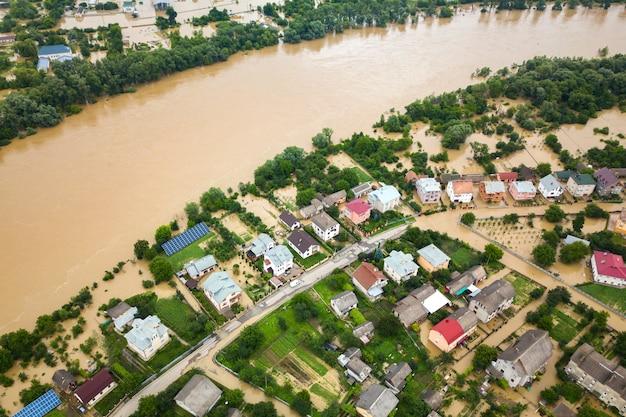 汚れた水でドニスター川とウクライナ西部のハリチの町の浸水の家の空撮。