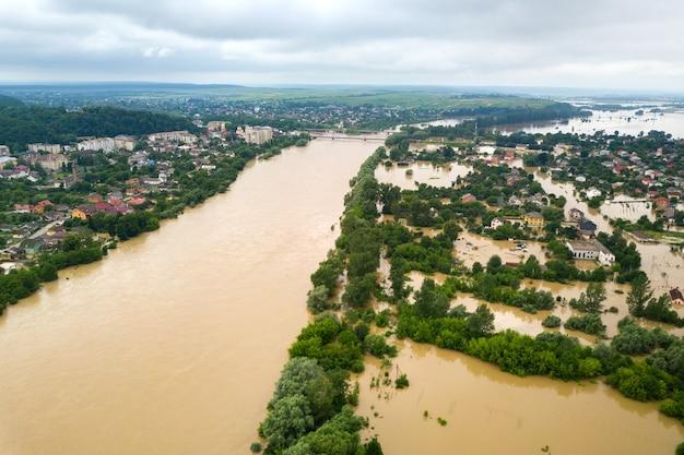 ウクライナ西部、ハリチの町の汚れた水と浸水した家々のあるドニエストル川の航空写真。