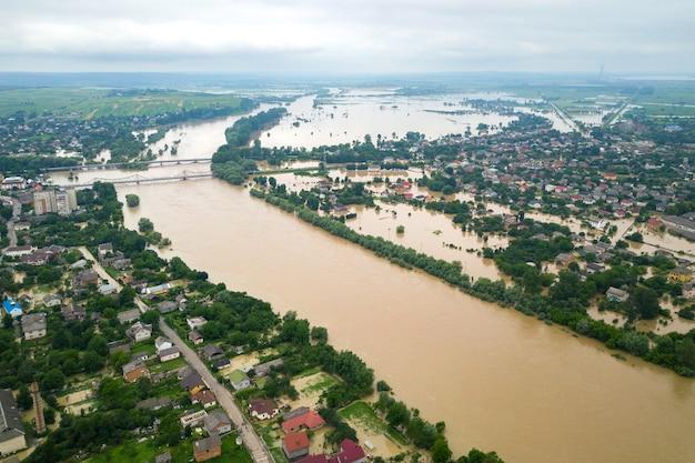 우크라이나 서부 할리치(halych) 마을의 더러운 물과 침수된 집들이 있는 드니스터 강(dnister river)의 공중 전망.
